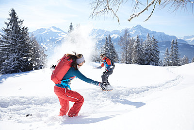 Austria, Tyrol, couple having fun in the sw - p300m1587555 by Christian Vorhofer