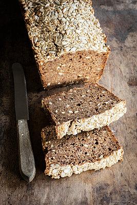 Loaf of Rhenish rye bread with sourdough - p300m2155867 by Eva Gruendemann