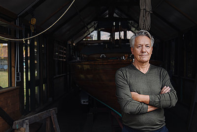Portrait of a senior man in a boathouse - p300m2156248 by Gustafsson