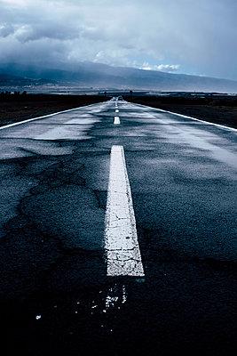 Spain, Tenerife, Empty asphalt road on Tenerife - p300m2203091 by Simona Pilolla