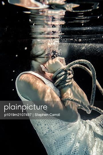 Gefesselte Frau unter Wasser - p1019m2107497 von Stephen Carroll