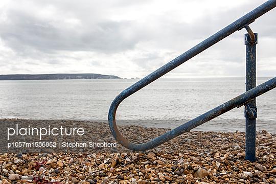 Altes Stahlgeländer an der Küste - p1057m1586852 von Stephen Shepherd