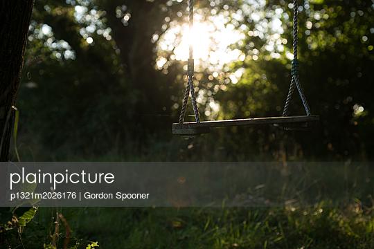 Schaukel im Garten - p1321m2026176 von Gordon Spooner