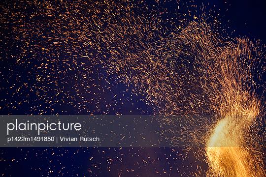 Funken Feuer - p1422m1491850 von Vivian Rutsch