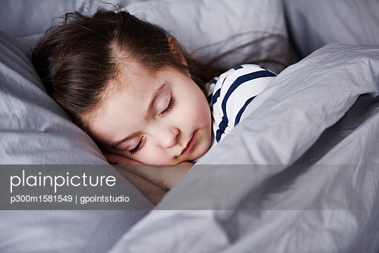 Portrait of sleeping little girl - p300m1581549 von gpointstudio
