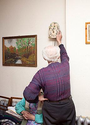 Großvater stellt die Uhr - p0750360 von Lukasz Chrobok
