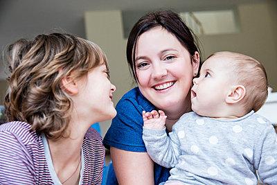 Mutter mit zwei Kindern - p1355m1209014 von Tomasrodriguez
