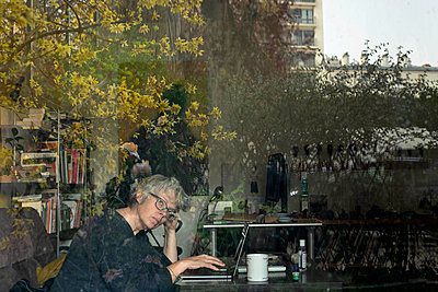 Grey-haired woman on the laptop computer in her apartment - p445m2173641 by Marie Docher
