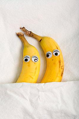 Zwei kuschelnde Bananen  - p451m2013859 von Anja Weber-Decker