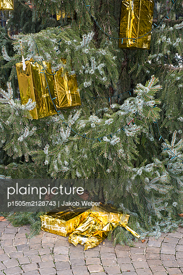 Christmas tree with gifts - p1505m2128743 by Jakob Weber