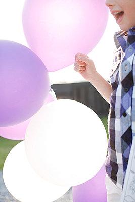 Kind mit Luftballons - p896m835088 von Mark Kuipers