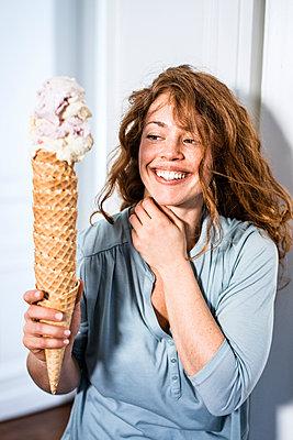 Woman holding huge ice cream cone - p586m1144057 by Kniel Synnatzschke