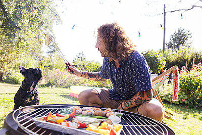 BBQ with dog - p788m2027471 by Lisa Krechting