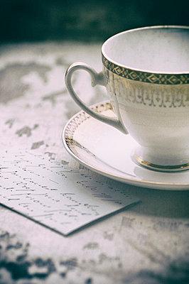 Alte Teetasse und Brief - p794m933277 von Mohamad Itani