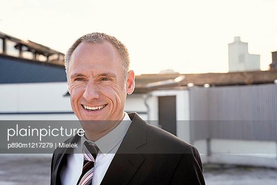 Geschäftsmann, Porträt - p890m1217279 von Mielek