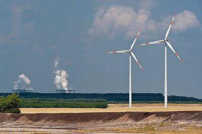 Windräder und das Braunkohlekraftwerk Jänschwalde - p1079m1042145 von Ulrich Mertens