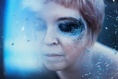 Woman with blue eye shadow - p1581m2159132 by sollenaphotography