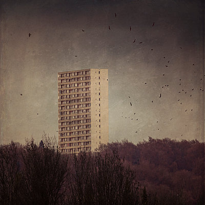 Germany, Wuppertal, view to high-rise residential building - p300m2219391 by Dirk Wüstenhagen