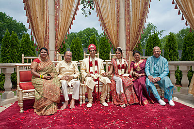 Indian bride and groom with family in traditional clothing - p555m1479672 by Jihan Abdalla