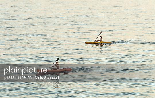 Zwei Kanufahrer unterwegs - p1292m1169456 von Niels Schubert