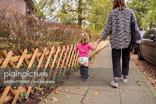 Mutter holt Tochter von der Kita ab - p432m2133469 von mia takahara