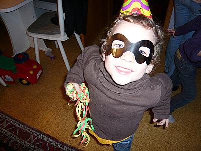 Junge mit Maske - p1230m1042623 von tommenz