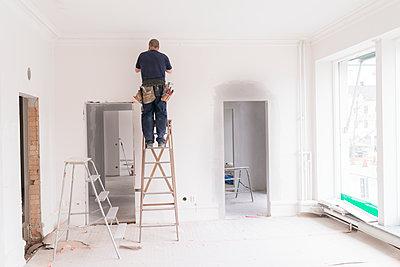 Man renovating room - p312m1495651 by Viktor Holm