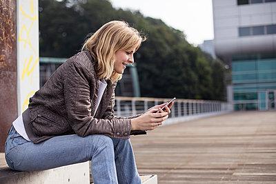 Junge Frau mit einem Smartphone - p788m1466155 von Lisa Krechting