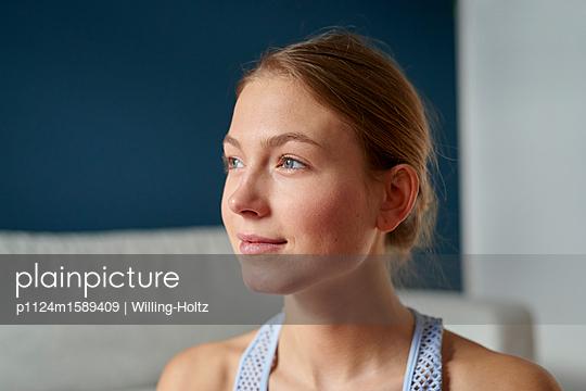 Porträt einer jungen Frau - p1124m1589409 von Willing-Holtz