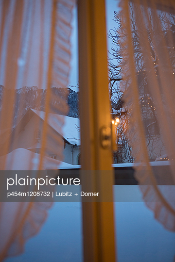 View out of the window - p454m1208732 by Lubitz + Dorner