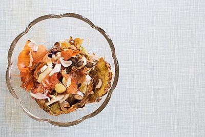 Kompost in einer Glasschale - p1227m2055501 von indra ohlemutz