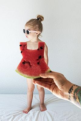 Kleines Mädchen mit Melonenkleid - p1301m1465607 von Delia Baum