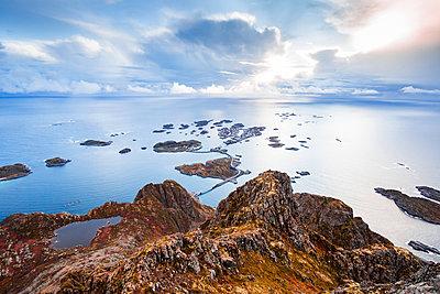 Norway, Lofoten Islands, Henningsvaer - p300m2104628 by Valentin Weinhäupl