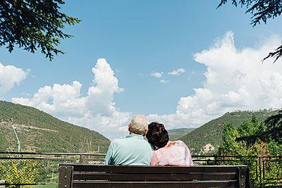 Back view of senior couple sitting on a bench looking at view, Jaca, Spain - p300m2155208 von Hernandez and Sorokina