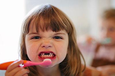 Girl brushing teeth - p312m2191137 by Matilda Holmqvist