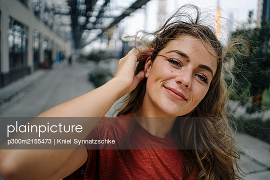 Portrait of smiling young brunette woman - p300m2155473 by Kniel Synnatzschke