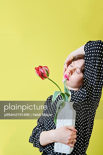 Frau mit Tulpe - p954m2191496 von Heidi Mayer