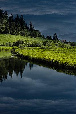 Bergsee mit Gewitterhimmel - p248m1030797 von BY