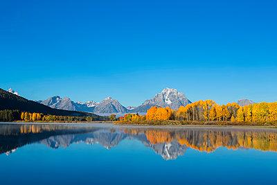 USA, Wyoming, Rocky Mountains, Teton Range, Grand Teton National Park, Snake River, Oxbow Bend, Mount Moran, Indian Summer - p300m1228782 by Fotofeeling