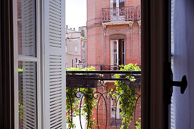 Blick aus dem Fenster in Toulouse - p432m1586087 von mia takahara