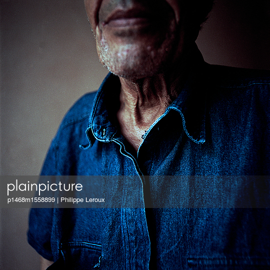 Elderly man with designer stubble - p1468m1558899 by Philippe Leroux