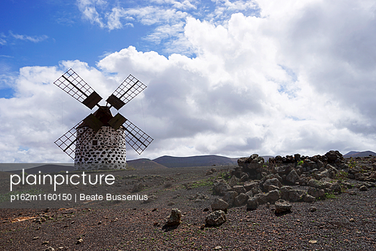 Windmühle auf Fuerteventura bei La Oliva - p162m1160150 von Beate Bussenius