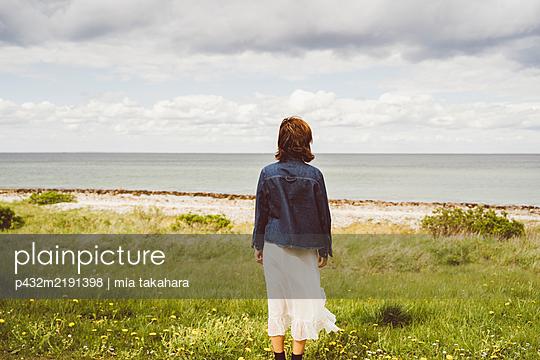 Frau blickt auf das Meer - p432m2191398 von mia takahara