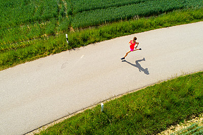Young woman jogging - p300m2004806 by Roman Märzinger