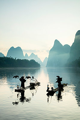Cormorant fishermen on the Li River, Yangshuo, Guangxi, China - p651m2271090 by Jeremy Flint photography