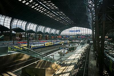 Central station, Hamburg, shutdown due to Covid-19 - p1276m2178388 by LIQUID