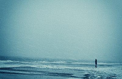 Alleine am Meer - p1443m1502111 von SIMON SPITZNAGEL