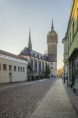 Deutschland, Sachsen-Anhalt, Lutherstadt Wittenberg, UNESCO Welterbe Schlosskirche am Abend - p300m1356475 von Patrice von Collani