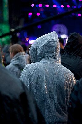 Konzert im Regen - p304m1077794 von R. Wolf