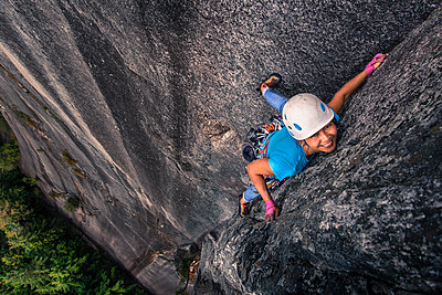 Woman rock climbing chief mountain, Squamish, Canada, high angle view - p924m1568860 by Alex Eggermont